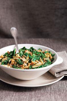 Doe die boerenkool nou eens niet in de stamppot, maar maak er een hipse salade mee. Of gooi het in een stoofje. We tippen 5 recepten én eentje voor b...