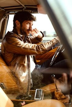 The Long Road story captured exclusively for MMSCENE STYLE STORIES by fashion photographer Aaron Leon features the handsome Oliver Baggerman. Best Poses For Men, Good Poses, Model Poses Photography, Mens Photoshoot Poses, Photoshoot Pics, Kreative Portraits, Car Poses, Photo Poses For Boy, Foto Casual