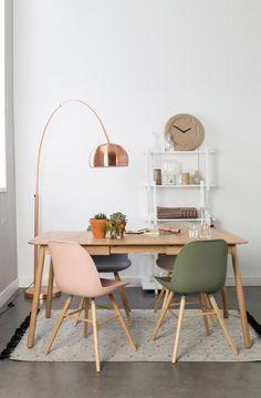 Pokud žijete v menším bytě, pak je jídelní stůl Glimps ideálním řešením. Díky rozkládacímu mechanismu je stůl možné rozložit ze stávajících 120 cm až na 162 cm. O stabilitu celého stolu se stará pevná podnož z jasanového dřeva