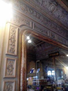 La decoración del lugar es Art Nouveau, con grandes espejos franceses, marcos de…