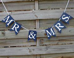 Ce  Just Married ♥ bannière en bleu marine et blanc fait une merveilleuse décoration pour les fêtes de mariage.   * TAILLE * Lettres - 4,5 de hauteur Bannière drapeau - 5 par 7 échancré drapeau Longueur - banderole de fanions envergure environ 71 le long d'un ruban de satin blanc de 120 * La banderole de fanions peut être déplacés le long du ruban, donc vous pouvez espacer de plus près ou plus loin si vous le souhaitez *   * COULEURS * Lettres - blanc Échancré drapeau - amiral bleu (Navy)…