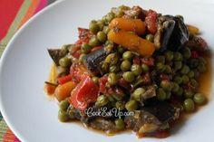 Ένα ακόμη λαδερό φαγάκι της Ελληνικής κουζίνας έρχεται να μας λύσει τα χέρια όταν θέλουμε να μαγειρέψουμε κάτι γρήγορο και υγιεινό. Αρακάς, μελιτζάνες, κόκκινες πιπεριές, λαχανικά που από την φύση τους είναι γλύκισμα, μελώνουν και δημιουργούν ένα καταπληκτικό συνδυασμό που μέσα από την απλότητά του μας ταξιδεύει σε μεσογειακά καλοκαίρια. Απαραίτητη προϋπόθεση, η χωριάτικη, η φέτα και το τραγανό ψωμάκι! Vegetarian Recipes, Snack Recipes, Healthy Recipes, Snacks, Healthy Meals, Mediterranean Recipes, Greek Recipes, International Recipes, Kung Pao Chicken