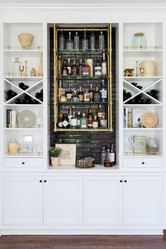 Modern home bar design ideas Diy Home Bar, Home Bar Decor, Bars For Home, Small Home Bars, Living Room Bar, Bar In Dining Room, Bar In Kitchen, Small Basement Kitchen, Dinning Table
