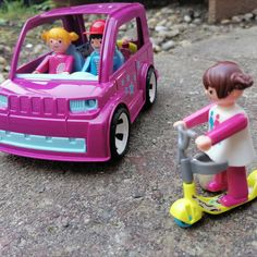 """Využiť pekné jesenné počasie sa rozhodli traja naši priatelia. Klára a Tobias prišli na dohodnuté miesto autom, Laura prišla na kolobežke. Asi po hodine sa však Kláre čosi stalo. Zrazu sa ocitla na zemi. Spadla. Laura zavolala sanitku, lebo Klára nemohla vstať. Lekár ju vyšetril a poslal ju do nemocnice na ďalšie vyšetrenie.,, Nič by sa jej nebolo stalo, keby mala chrániče a prilbu""""-povedal doktor. Aj Vy na seba dávajte pozor, kamaráti😍. Toys, Activity Toys, Clearance Toys, Gaming, Games, Toy, Beanie Boos"""