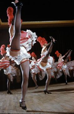 vintage everyday: Amazing Vintage Color Photos of Cabaret's Dancers at the Moulin Rouge in the late Le Moulin Rouge Paris, Moulin Rouge Dancers, Nylons, Retro Lingerie, Cinema, Flappers, Showgirls, Life Magazine, Vintage Colors