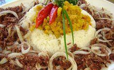 Trazido para o Brasil no século XIX pelos hauçás – muçulmanos habitantes do norte da Nigéria – o arroz-de-hauçá é um prato de origem africana que foi introduzido no cardápio das iguarias  baianas. Expressando a influência notória da culinária africana na culinária dos brasileiros,  o arroz-de-hauçá  representa, com muito sabor, essa proximidade gastronômica na Bahia