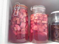 Rabarber med sukker og vodka efter bare et døgn Jeg har gennem det seneste års tid eksperimenteret en del med at lave snapse og likører....