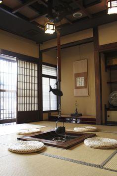 Japanese traditional interior with irori hearth Japanese Style House, Traditional Japanese House, Traditional Interior, Asian Interior, Japanese Interior Design, Japanese Design, Room Interior, Architecture Du Japon, Interior Architecture