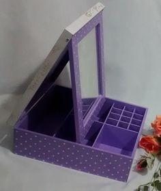 Caixa de MDF com pintura e decoupagem.  Peça em mdf , espelho articulado, e divisões internas.  Para fazer em outros temas e cores, consulte disponibilidade antes de comprar.