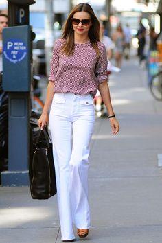 La top Miranda Kerr es la reina del street chic. Aquí le vemos paseando por Nueva York con un look ideal para el entretiempo made in Stella McCartney: blusa de estampado gráfico y pantalones de aires 70's. Completa el look con un shopping negro y gafas cat-eye