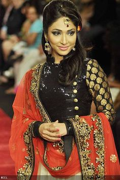 Mouli-Ganguly-walks-the-ramp-for-Jewellery-brand-Gitanjali-Beti-during-the-third-season-of-India-International-Jewellery-Week-IIJW-in-Mumbai-on-August-19-2012-.jpg 400×600 pixels
