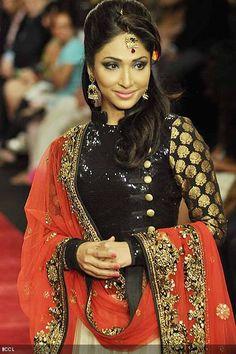 Mouli-Ganguly-walks-the-ramp-for-Jewellery-brand-Gitanjali-Beti-during-the-third-season-of-India-International-Jewellery-Week-IIJW-in-Mumbai-on-August-19-2012-.jpg 400×600 pixels