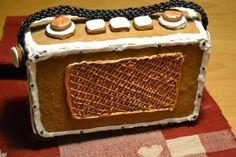 Retroradio piparista, sisältänsä ontoon radioon voi laittaa pienen radion jolloin pipari rokkaa ihan oikeasti - by Pirjo -- Piparkakku, Joulu, Gingerbread, Christmas