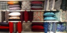 Renove sua casa com almofadas. Lisas e estampadas. Coloridas ou mais neutras. Throw Pillows, Bed, Home, Block Prints, Houses, Trendy Tree, Cushions, Stream Bed, Decorative Pillows