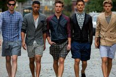 Guide to Men's Shorts. The fit you need, the colours you need and how to style your shorts like a fashionable male. Learn how to wear men's shorts correctly. Hipster Fashion, Men's Fashion, Fashion Trends, Fashion Shorts, Fashion Gallery, 1950s Fashion, Look Con Short, Designer Clothes For Men, Men Clothes