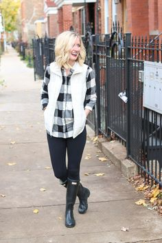 Buffalo check flannel shirt with a white vest, black leggings, and hunter boots. This is a great outfit for the fall season before it gets too cold. White Vest Outfit, Puffer Vest Outfit, White Puffer Vest, Black Leggings Outfit Fall, White Vests, Legging Outfits, Adrette Outfits, Preppy Outfits, Style Clothes