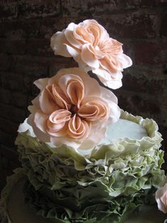 This wedding cake from featured vendor  @thepastrystudio is too pretty to think about eating!