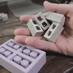 Miniature Cinder Blocks and Mini Construction Materials Creation Deco, Miniature Houses, Miniature Crafts, Miniature Dolls, Cinder Blocks, Construction Materials, Fairy Houses, Dioramas, Miniature Furniture