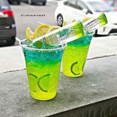 Give your night a shock with our Electric Apple Lemonade Cocktail! Our Electric Apple Lemonade Cocktail is made with Sour Mix, Apple Pucker, Apple Ciroc Tipsy Bartender, Bartender Recipes, Lemonade Cocktail, Cocktail Drinks, Green Cocktails, Classic Cocktails, Liquor Drinks, Alcoholic Drinks, Hpnotiq Drinks