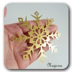FLOCON DE NEIGE PVC 9 CM DORE - Boutique www.magicreation.fr Pvc, Boutique, Pineapple, Fruit, Flakes, Snow, Pinecone