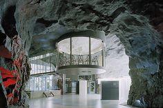 WIKILEAKS,trabajar en una cueva. La empresa está ubicada en un antiguo bunker antinuclear excavado bajo el parque Vita Bergen en Estocolmo, donde la piedra es la protagonista y marco del espacio, aportando un aspecto misterioso y espectacular. La zona de reunión es, si cabe, la estancia más espectacular de la sede de Pionen: una estructura de cristal suspendida del techo a la que se accede por una pasarela transparente. Mónica Aristizábal