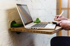Une tablette murale en bois pour y poser son ordinateur, ou pour servir de bureau d'appoint.
