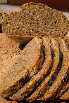 Recette de pain complet aux graines de citrouille, miel, farines complètes de blé et d'épeautre (Autriche) - Réutilisez les graines des citrouilles cuisinées, bonnes pour la santé, pour les transformer en un délicieux pain , idéal pour accompagner les entrées de crudités. C'est un pain aux graines de citrouille de choix, il est composé d'un mélange de farine d'épeautre complet et de blé.