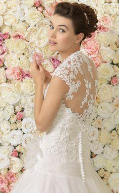تصميمات مختلفة لفساتين الزفاف من اير برشلونة 2017 Different designs of wedding dresses from the Aire Barcelona 2017 Différents modèles de robes de mariée de la Aire Barcelona 2017