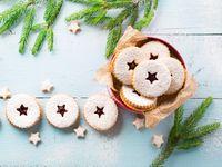 Zlatá trojice cukroví: recept na rohlíčky, kokosky a linecká kolečka Sugar, Cookies, Christmas Ornaments, Holiday Decor, Desserts, Food, Crack Crackers, Tailgate Desserts, Deserts