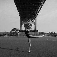 """Criado há 14 anos pelo fotógrafo norte-americanoDane Shitagi, o ensaio """"Ballerina Project""""explora a beleza de bailarinas em ambientes urbanos. O projeto"""