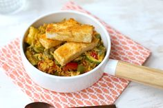 Eenpansgerecht met rijst en feta Boat Food, One Pan Dinner, Vegetarian Recipes, Healthy Recipes, Camping Meals, Vegan, Cornbread, Guacamole, Dinner Recipes