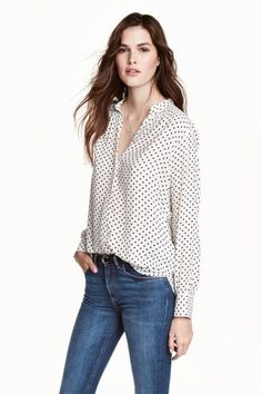 Long-sleeved blouse in airy woven fabric. V-neck, concealed buttons at front, pearlescent buttons at cuffs, and rounded hem. Slightly longer Blouse Col V, V Neck Blouse, Estilo Fashion, Ideias Fashion, Powder Pink, Work Looks, Fashion Company, Shirt Shop, Who What Wear