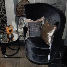 #blackfriday inspiration! The wonderful asymmetric Flofa chair by @latorrepremium with our sleek @domedizioni mirrored side table#blackvelvet #luxury #occasionalchair #knutsford #interiordesign #uberinteriors #exdisplay #offers #bespoke