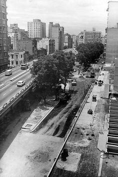 Praça Marechal Deodoro, já com o elevado Costa e Silva (Minhocão) em funcionamento, em 1987.