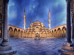 La Mezquita Azul o Mezquita del Sultán Ahmed es otro de los grandes edificios de Estambul, forma un impresionante conjunto arquitectónico con la Basílica de Santa Sofía que se sitúa justo enfrente lo que las convierte en una de las zonas más visitadas de la ciudad junto con el gran bazar. Destaca su espectacular fachada de enormes proporciones y también su interior con una carga decorativa sorprendente.