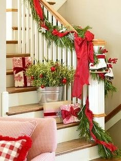 A pretty Christmas decoration by the staircase!!  Aline ♥