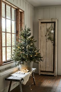 Christmas lights and trees perfect to create an intimate festive atmosphere in any room Natural Christmas, Primitive Christmas, Country Christmas, Simple Christmas, Vintage Christmas, Winter Wonderland Christmas, Winter Christmas, Christmas Home, Christmas Lights