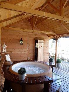 Jacuzzi Softub en el interior de una casa de madera. El banco y el escalón de madera rodean todo el jacuzzi. Una combinación perfecta!