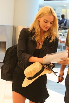 Margot Robbie always manages to be radiant, even at the airport - Hollywood Gossip | MovieHotties.com