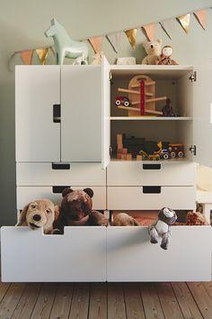 Speelgoed opruimen lastig? Zeker niet! | IKEA IKEAnl IKEAnederland kinderkamer kamer slaapkamer handig opberger opbergen STUVA kast wit speelgoed spelen kids