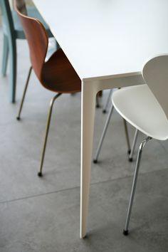 Nimm Platz – ein neuer Tisch in der Küche #minimalistisch #skandinavisch #küche #esstisch Boconcept, Dining Chairs, Dining Room, Decor Interior Design, Furniture, Decoration, Home Decor, Scandinavian, Essen