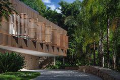 Galeria da Arquitetura | Casa Delta - Localizada em um terreno com acentuado declive, no Guarujá, a residência foi projetada para servir de refúgio à família aos finais de semana