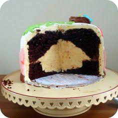 Housewarming cake with a HOUSE in it! (Via http://thuisproject.blogspot.com/2011/10/tutorial-taart-met-een-surprise-deel-1.html)