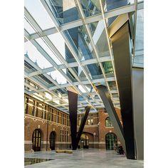 ベルギー第2の都市にしてヨーロッパ第2の港を持つアントワープ。こちらの港湾局の建物が、3月に急逝したザハ・ハディドのデザインで完成した。