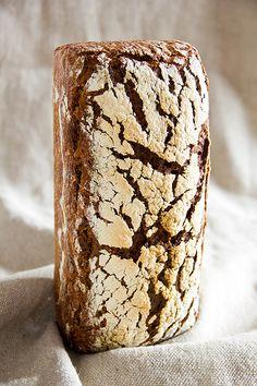 Etwas Einfaches sollte her. Ein Brot, das kaum Vorbereitung braucht und (so es der Ofen zulässt) im Schlaf gebacken werden kann. Ich erinnerte mich an das Dänische Roggenbrot und habe nun mein eigenes Roggenbrot gebaut. Sehr saftig und aromatisch, auch dank des Brühstücks aus Buchweizen, Amaranth und Quinoa. Wem das zuviel des Geschmacks ist, kann dies Weiterlesen...