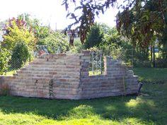 Das Gemüsebeet vom restlichen Garten mit einer tollen Backsteinmauer getrennt worden.