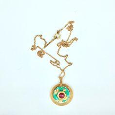 Collier anneau en nacre vert avec calcédoïne rose rouge/ Appliqué feuille d'or/tout support laiton, chaîne Plaquage or/longueur personnalisé