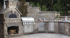 Get inspired with these gorgeous built-in grill design ideas! View images of a wide variety of unique outdoor kitchens and grill areas from Belgard. Built In Outdoor Grill, Brick Oven Outdoor, Pizza Oven Outdoor, Built In Grill, Outdoor Cooking, Outdoor Steps, Outdoor Grilling, Outdoor Entertaining, Grill Design