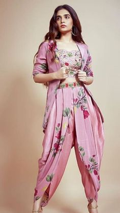 Party Wear Indian Dresses, Designer Party Wear Dresses, Indian Gowns Dresses, Kurti Designs Party Wear, Dress Indian Style, Indian Fashion Dresses, Indian Designer Outfits, Girls Fashion Clothes, Boho Fashion