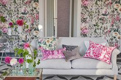 See Tricia Guild's latest fabric, wallpaper and home accessories collection for Designers Guild - Vogue Living Designers Guild Wallpaper, Bold Wallpaper, Fabric Wallpaper, Vogue Living, Throw Cushions, Trendy Colors, Color Of The Year, Pantone Color, Interiores Design